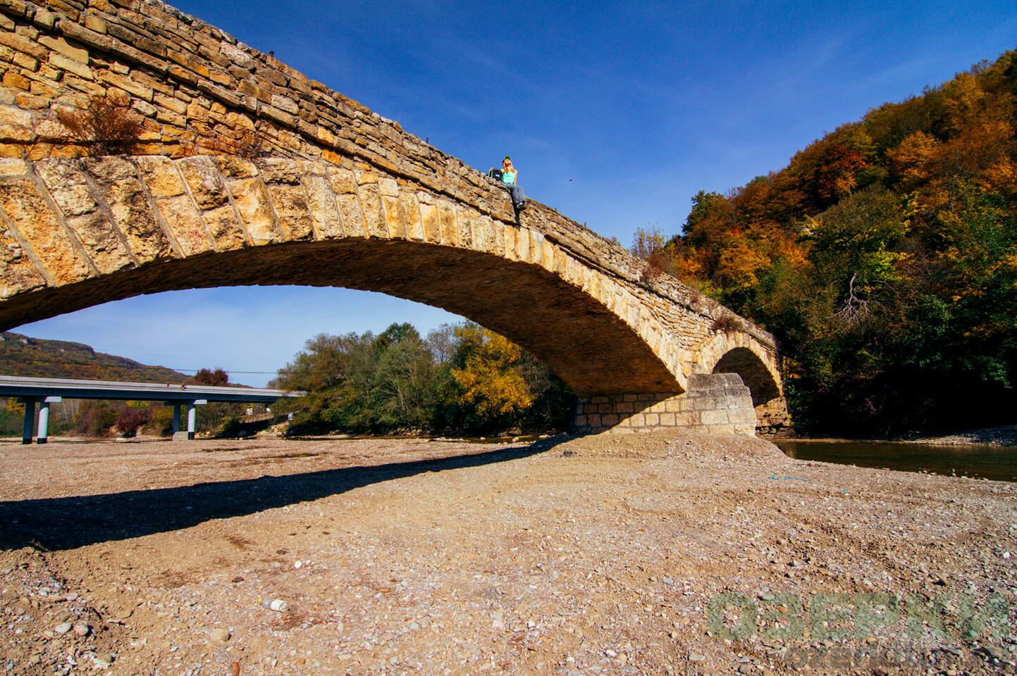 Старый каменный мост в Даховской
